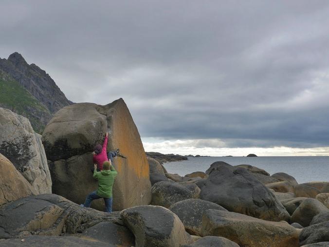 Kiipeämässä Lofooteilla (Kuva: Jani Lehtola)