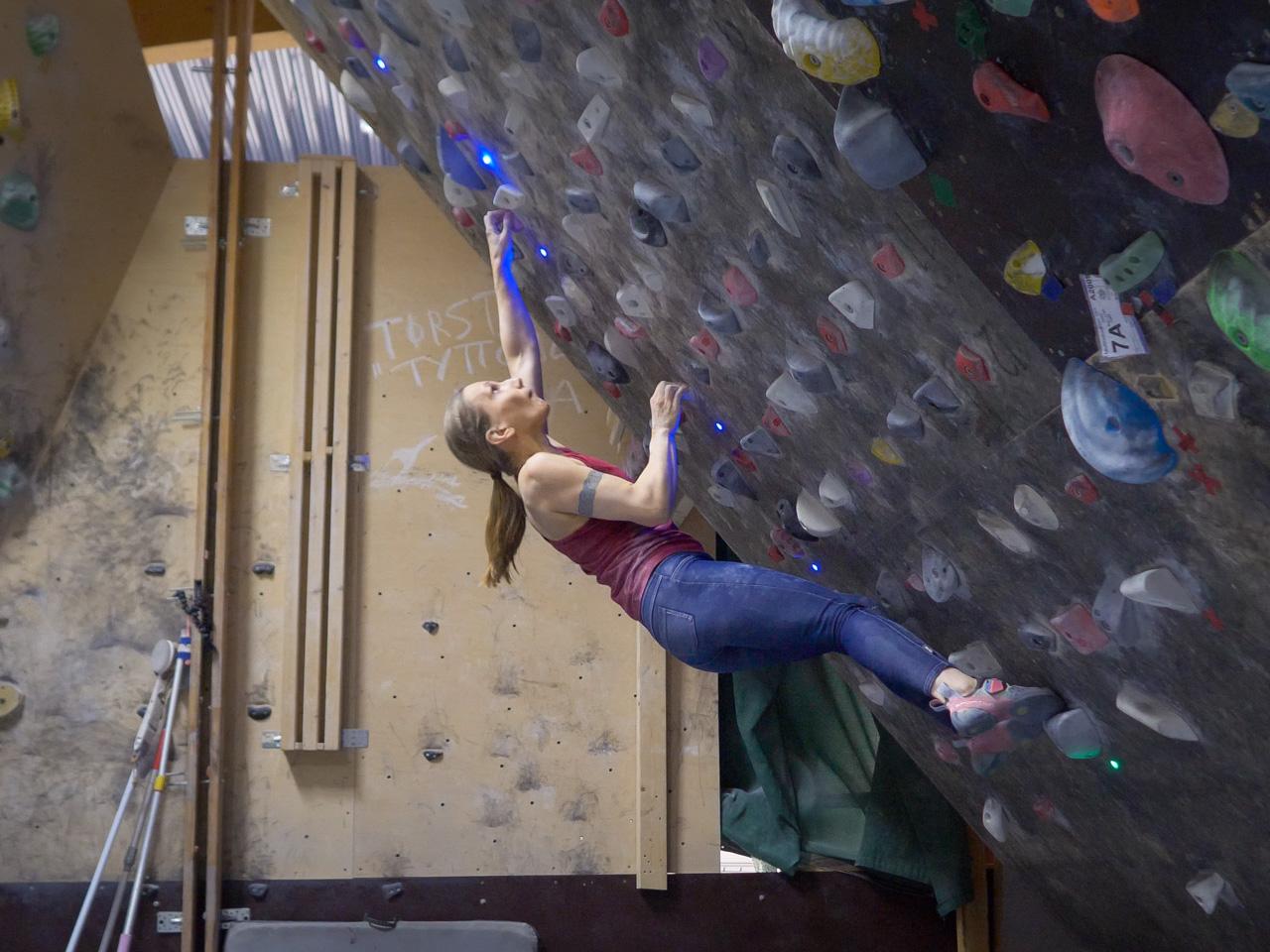 40-asteisella Moonboardilla sormet joutuvat koville ja jalat on vaikea pitää seinässä